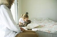 ぬいぐるみにキスをする女の子 24003000036| 写真素材・ストックフォト・画像・イラスト素材|アマナイメージズ
