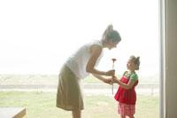 母へ花をあげる女の子