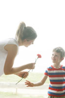 母へ花をあげる男の子