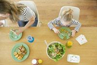 ランチを食べる母と女の子