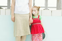 動物の鼻をつけて母の手を握る娘