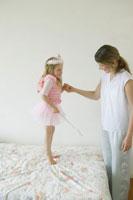 妖精の格好で母と遊ぶ娘
