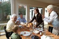 サンクスギビングディナーのテーブルを囲む家族 24003000122| 写真素材・ストックフォト・画像・イラスト素材|アマナイメージズ
