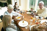 サンクスギビングディナーを取り分ける祖母 24003000129| 写真素材・ストックフォト・画像・イラスト素材|アマナイメージズ