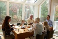サンクスギビングディナーのテーブルを囲む家族 24003000130| 写真素材・ストックフォト・画像・イラスト素材|アマナイメージズ