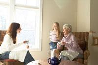 ティータイムを楽しむ母親と祖母と孫娘