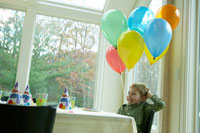 誕生日を祝ってもらう少年 24003000135| 写真素材・ストックフォト・画像・イラスト素材|アマナイメージズ