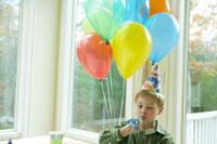 誕生日を祝ってもらう少年 24003000136| 写真素材・ストックフォト・画像・イラスト素材|アマナイメージズ