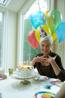 誕生日を祝ってもらう女性 24003000138A| 写真素材・ストックフォト・画像・イラスト素材|アマナイメージズ