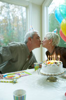 誕生日を祝う男性と女性 24003000139| 写真素材・ストックフォト・画像・イラスト素材|アマナイメージズ
