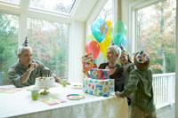 誕生日を祝ってもらう祖母 24003000140| 写真素材・ストックフォト・画像・イラスト素材|アマナイメージズ