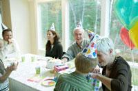 誕生日を祝ってもらう祖母 24003000141A| 写真素材・ストックフォト・画像・イラスト素材|アマナイメージズ
