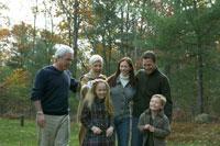 紅葉の庭を散歩する家族 24003000146A  写真素材・ストックフォト・画像・イラスト素材 アマナイメージズ