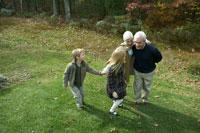 紅葉の庭を散歩する家族 24003000147  写真素材・ストックフォト・画像・イラスト素材 アマナイメージズ