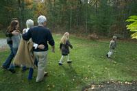 紅葉の庭を散歩する家族 24003000148  写真素材・ストックフォト・画像・イラスト素材 アマナイメージズ