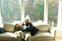 孫にハーモニカを聞かせる祖父