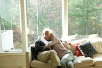 ソファーで寄り添う老夫婦