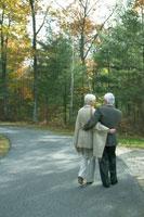 紅葉の路地を散歩する老夫婦 24003000164  写真素材・ストックフォト・画像・イラスト素材 アマナイメージズ