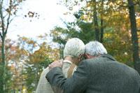 紅葉のなか寄り添う老夫婦 24003000165  写真素材・ストックフォト・画像・イラスト素材 アマナイメージズ