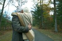 紅葉の路地で寄り添う老夫婦 24003000166  写真素材・ストックフォト・画像・イラスト素材 アマナイメージズ