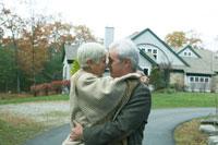 紅葉の路地で寄り添う老夫婦 24003000167  写真素材・ストックフォト・画像・イラスト素材 アマナイメージズ
