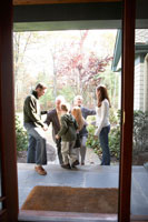 祖父母を出迎えるファミリー