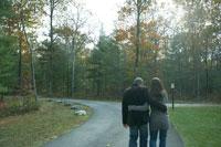 紅葉の路地を散歩する夫婦 24003000181  写真素材・ストックフォト・画像・イラスト素材 アマナイメージズ