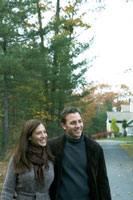 紅葉の路地を散歩する夫婦 24003000182| 写真素材・ストックフォト・画像・イラスト素材|アマナイメージズ