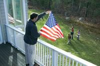 星条旗をかざす父親に手を振る母と子供達 24003000191| 写真素材・ストックフォト・画像・イラスト素材|アマナイメージズ