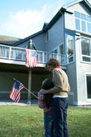 星条旗を眺める母と娘 24003000194| 写真素材・ストックフォト・画像・イラスト素材|アマナイメージズ