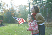 星条旗を手にする娘と母親
