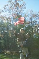 星条旗を手にする息子と父親 24003000196A| 写真素材・ストックフォト・画像・イラスト素材|アマナイメージズ