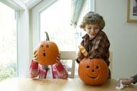 ハロウィーンのかぼちゃで遊ぶ子供達 24003000201| 写真素材・ストックフォト・画像・イラスト素材|アマナイメージズ