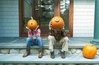 ハロウィーンのかぼちゃで遊ぶ子供達 24003000203A| 写真素材・ストックフォト・画像・イラスト素材|アマナイメージズ