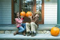 ハロウィーンのかぼちゃで遊ぶ子供達