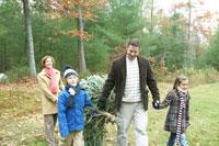 もみの木を運ぶ家族