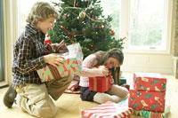クリスマスプレゼントを開ける子供たち