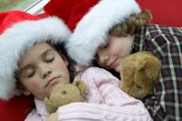 サンタの帽子をかぶってお昼寝する子供達