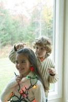 クリスマスの電飾で遊ぶ子供たち