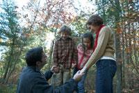 紅葉の森で遊ぶ家族 24003000238  写真素材・ストックフォト・画像・イラスト素材 アマナイメージズ