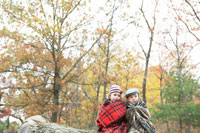 木の上でブランケットに包まる少年と少女 24003000253  写真素材・ストックフォト・画像・イラスト素材 アマナイメージズ