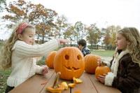 ハロウィンかぼちゃを作る少女たち