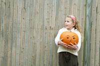 ハロウィーンかぼちゃを持つ少女 24003000262| 写真素材・ストックフォト・画像・イラスト素材|アマナイメージズ
