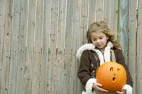 ハロウィーンかぼちゃを持つ少女
