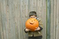 ハロウィーンかぼちゃを持つ少年