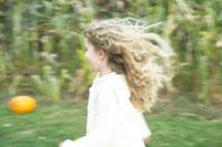 かぼちゃ畑で走る少女