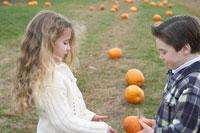 小さなかぼちゃで遊ぶ少年と少女