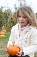 小さなかぼちゃを手にする少女