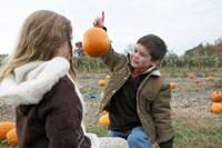 小さなかぼちゃを少女に見せる少年