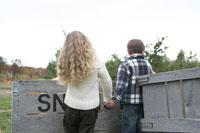 かぼちゃ畑で少女の手を引く少年